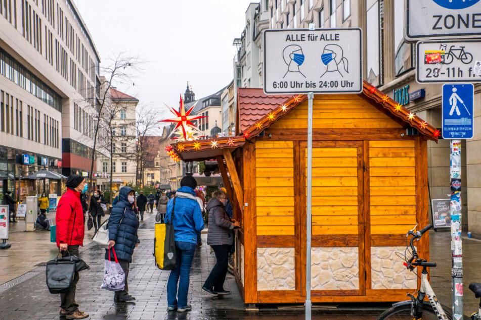 Einen Tag, bevor Sachsens Landtag über neue Corona-Verordnungen entscheidet, geht das bunte Treiben in Leipzigs Innenstadt noch seinen Gang - natürlich unter Beachtung der derzeit geltenden Regelungen.