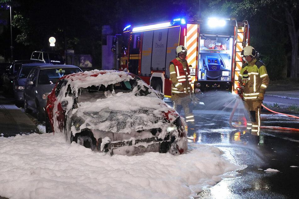 Die Feuerwehr bekämpfte die Flammen am Seat mit Wasser und Schaum.