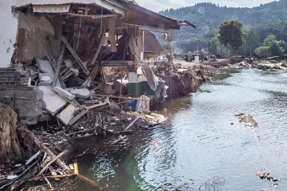 Ein nach der Hochwasser-Katastrophe völlig zerstörtes Haus steht am Ufer der Ahr – wie verseucht ist der Fluss?