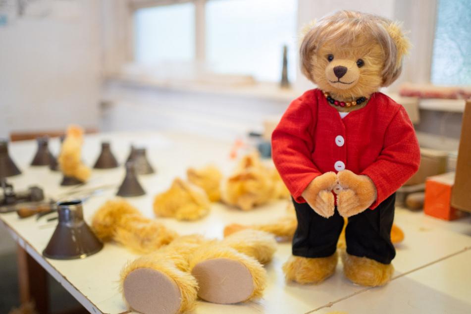 Ungewöhnliche Ehrung: Erkennst Du, welche berühmte Person dieser Teddy darstellen soll?