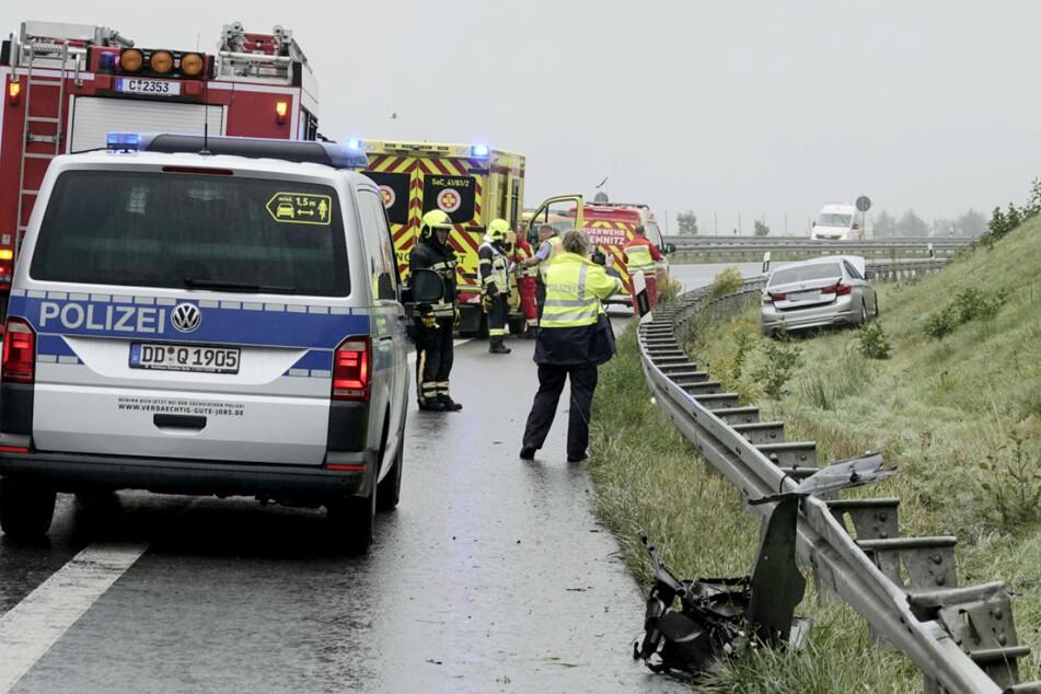 Unfall durch Aquaplaning: Fahrer schrottet BMW