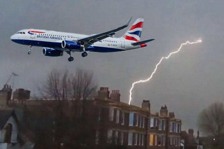 Video: Hier schlägt der Blitz in ein Flugzeug ein