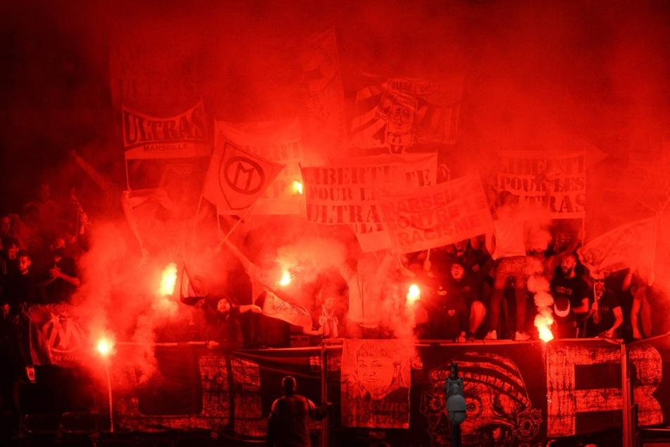 Auch die Fans von Olympique Marseille zündelten während der Partie bei SCO Angers.