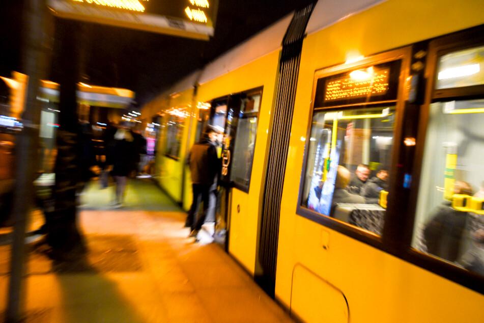Kind stürzt auf Gleis und wird von Tram überrollt!