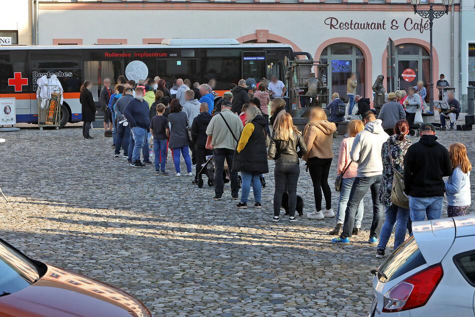 Ansturm am Impfbus in Glauchau! Am Freitag bildete sich eine meterlange Schlange.