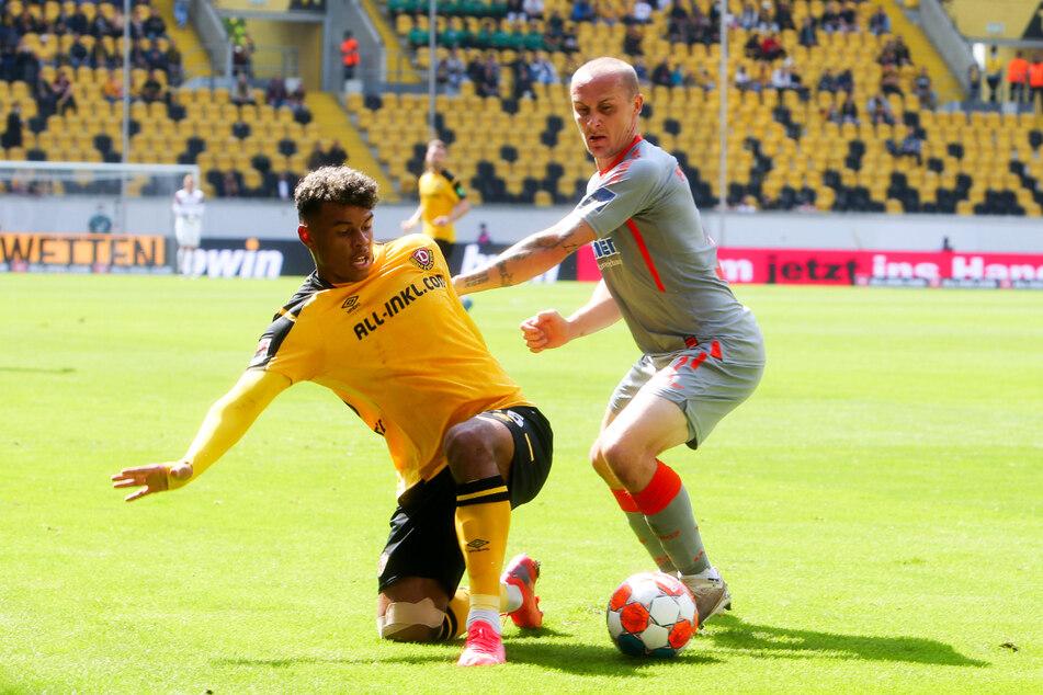 In der Liga zahlt Ransford Königsdörffer (19) derzeit noch etwas Lehrgeld, wie hier am Sonntag gegen Paderborns Sven Michel (31, r.).