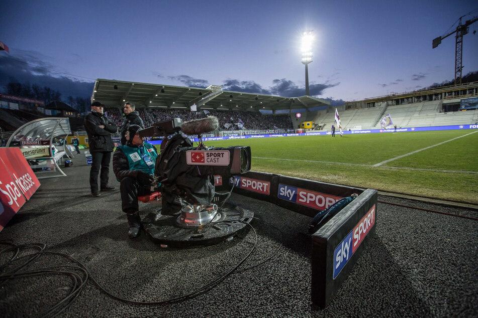 Eine Sky-Kamera im Erzgebirgsstadion. Das wirtschaftliche Wohl nicht nur in Aue hängt auch davon ab, wann und wie viel der Pay-TV-Sender zahlt.