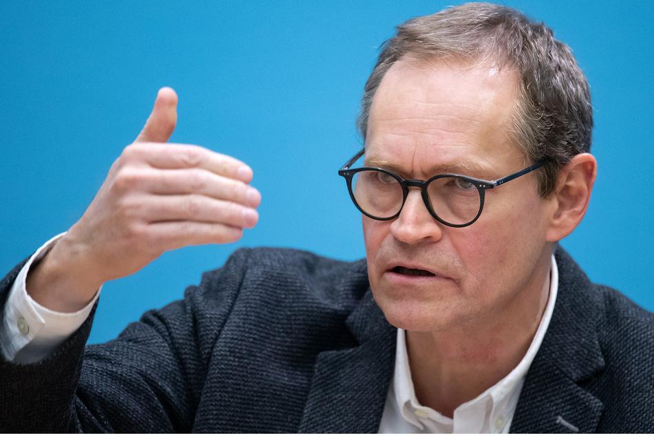 Michael Müller (SPD), Regierender Bürgermeister von Berlin, äußert sich bei einer Pressekonferenz nach der Sondersitzung des Berliner Senats im Roten Rathaus zu den Beschlüssen der Berliner Landesregierung.