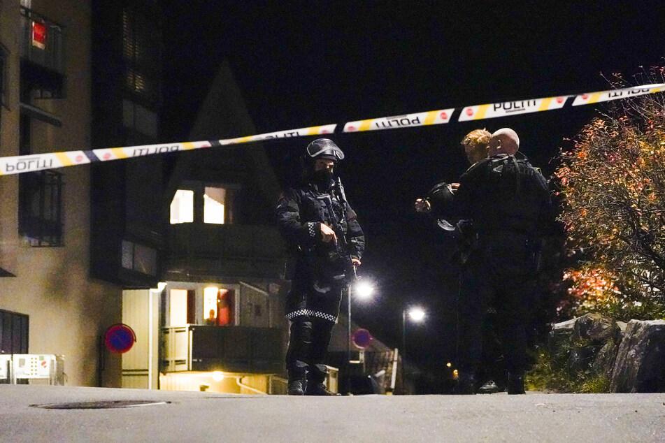 Polizisten ermitteln im Zentrum von Kongsberg nach der Gewalttat.