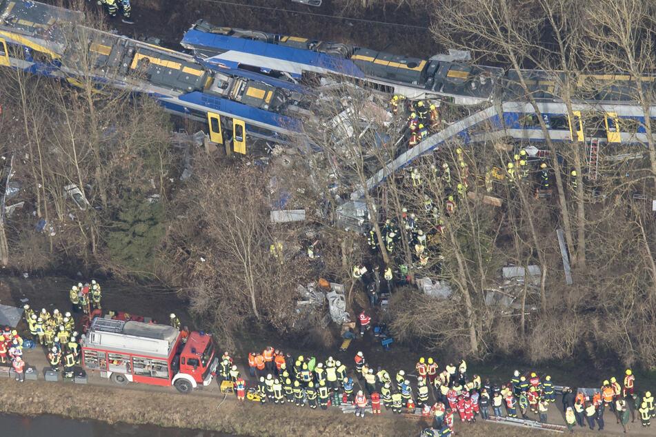 Rettungskräfte stehen an der Unfallstelle in der Nähe von Bad Aibling. Beim Zusammenstoß zweier Nahverkehrszüge am 9. Februar 2016 kamen zwölf Menschen ums Leben.