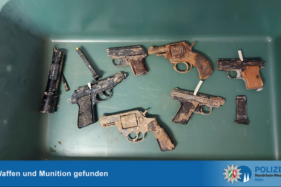 Die Polizei warnt vor Waffen, die im Schlamm entdeckt werden.