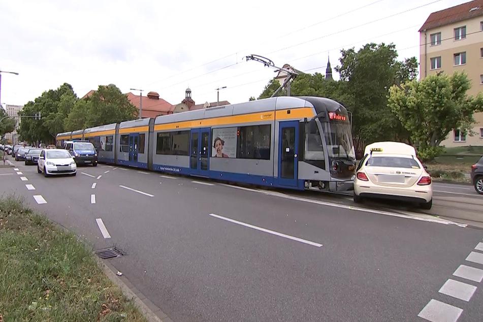 Etwa 20 Meter schob die Tram das Taxi mit sich.