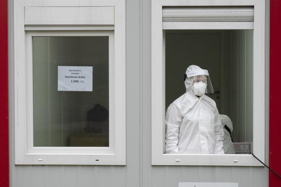 Ein medizinischer Mitarbeiter wartet in einer Abnahmestelle für Corona-Tests ist Bratislava. In der Slowakei begann am vergangenen Wochenende die erste Runde landesweiter Corona-Massentests.