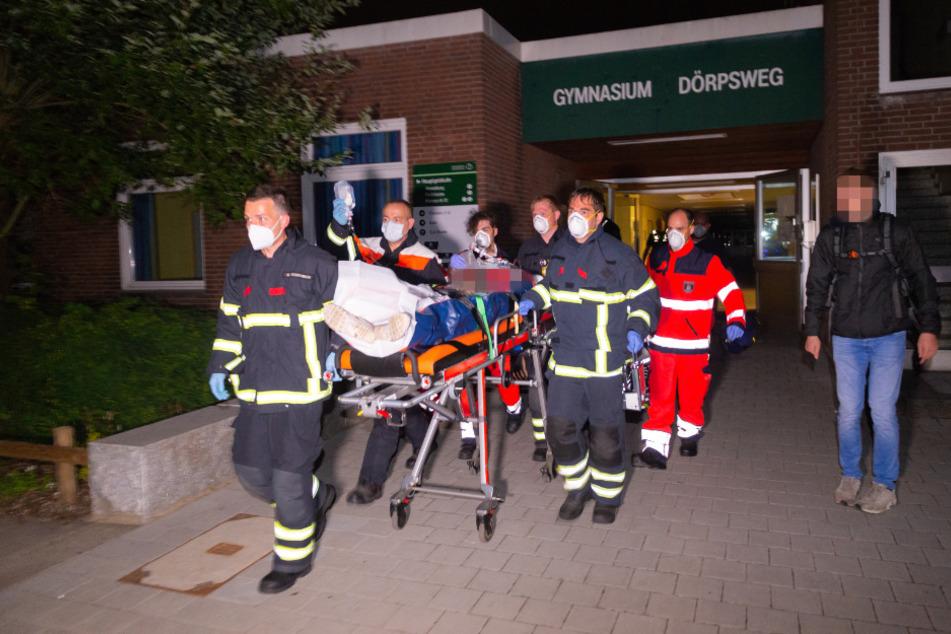 Schweres Unglück an Schule: Teenager bricht durch Dach