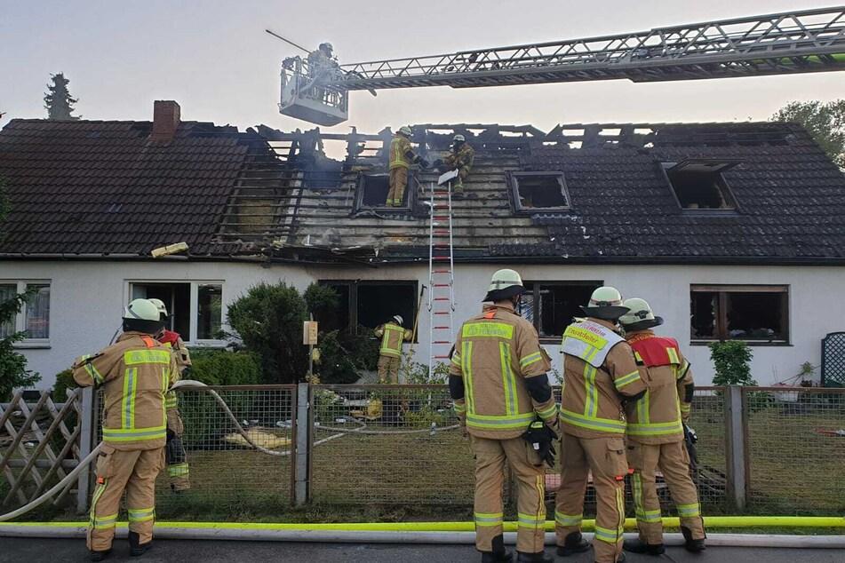 In Berlin-Spandau brennt ein Wohnhaus.