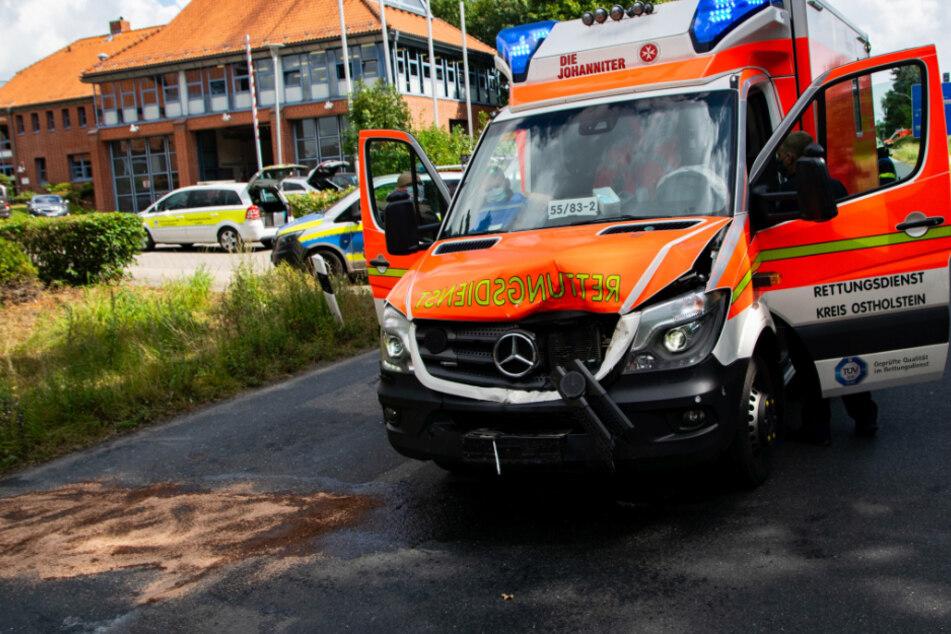 Autofahrer will abbiegen und übersieht Rettungswagen im Einsatz!
