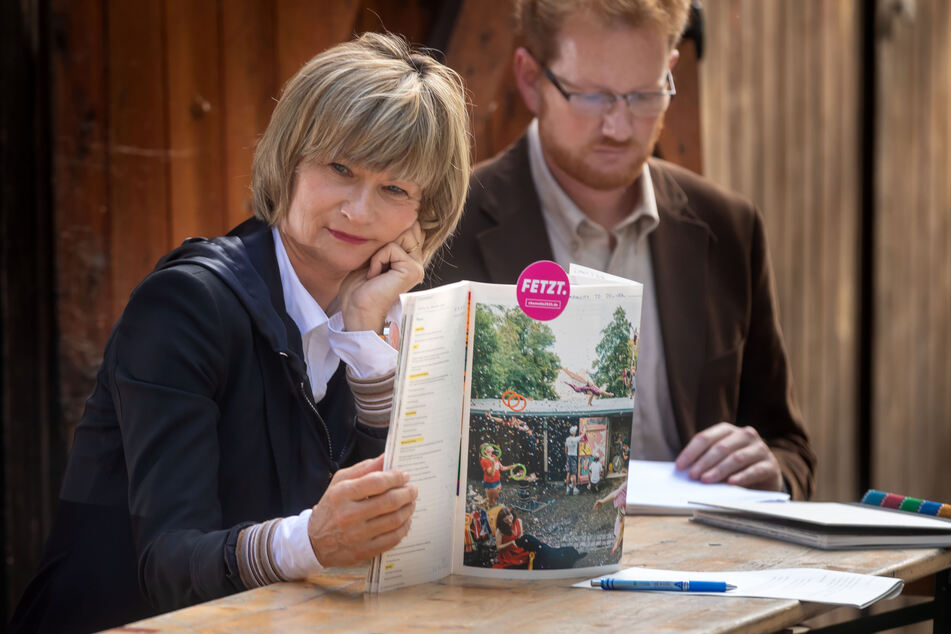 Barbara Ludwig zeigt das neue Buch.