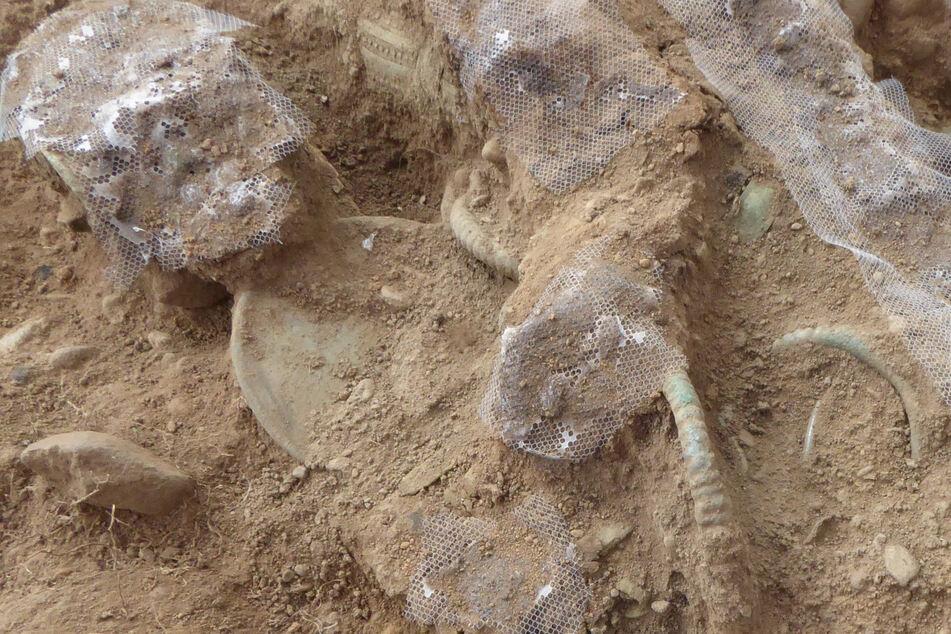 Die freigelegten Funde an einer Ausgrabungsstätte, die mit Hilfe eines Metalldetektors an der schottischen Grenze entdeckt wurden, sind vermutlich 3000 Jahre alt und entstammen der Bronzezeit.