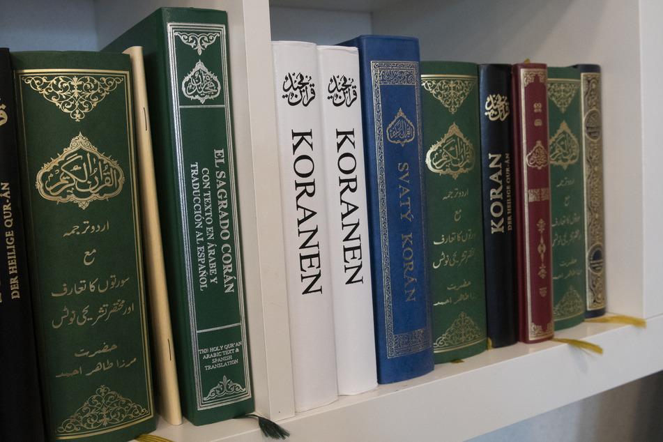 Mann zerreißt ein Buch: Jetzt muss er drei Jahre in den Knast