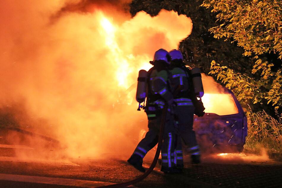 Die Flammen schlugen meterhoch aus dem Auto.