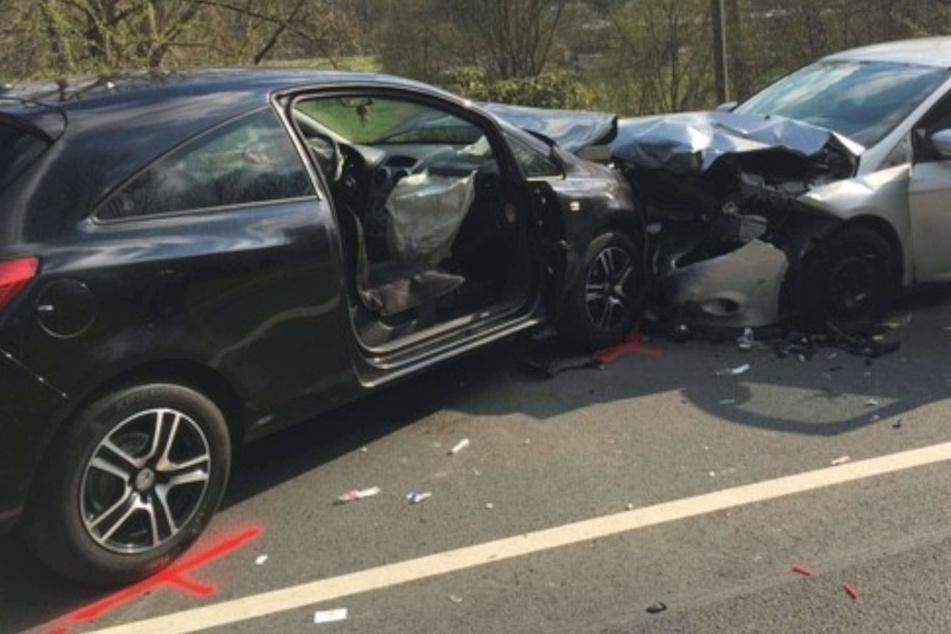 Schwerer Unfall: Autos prallen frontal zusammen