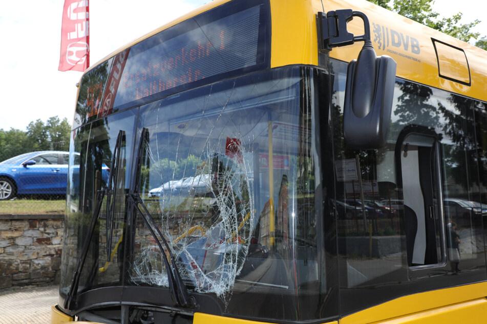 Die Frau prallte frontal mit dem Bus zusammen.