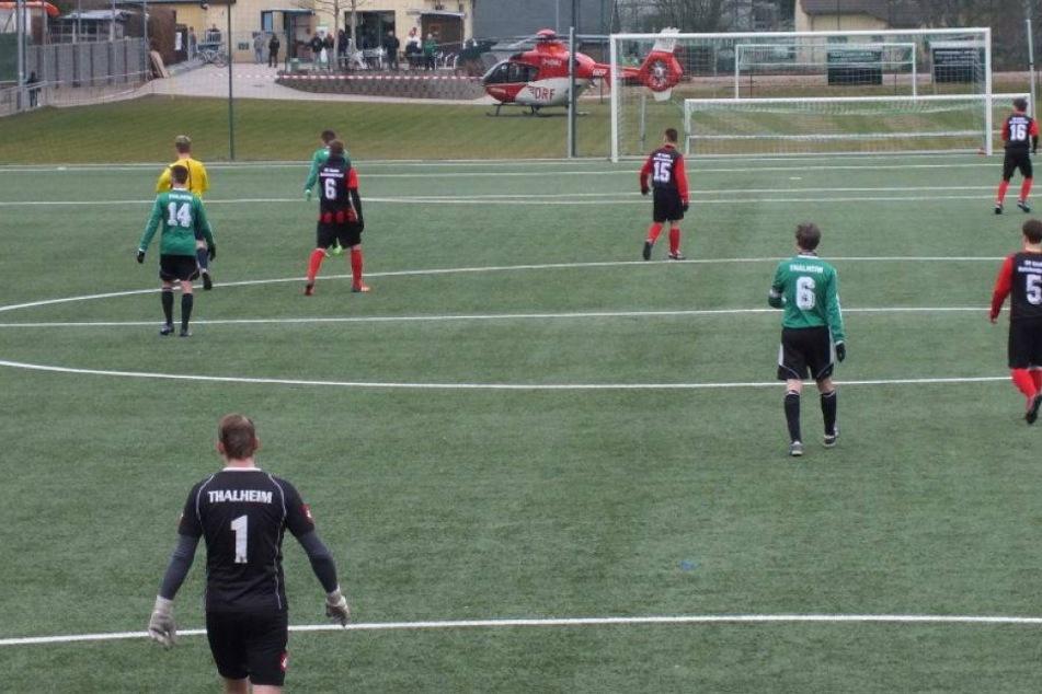 Rettungshubschrauber-Einsatz während Fußballspiels