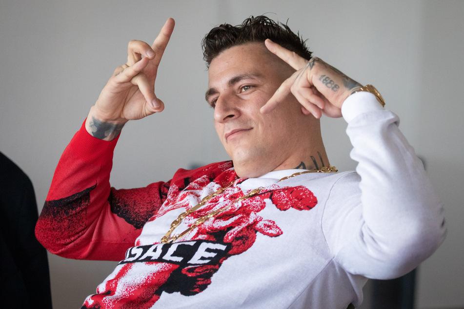 Kristoffer Jonas Klauß (32), wie Gzuz mit bürgerlichem Namen heißt, posiert im Gerichtssaal.