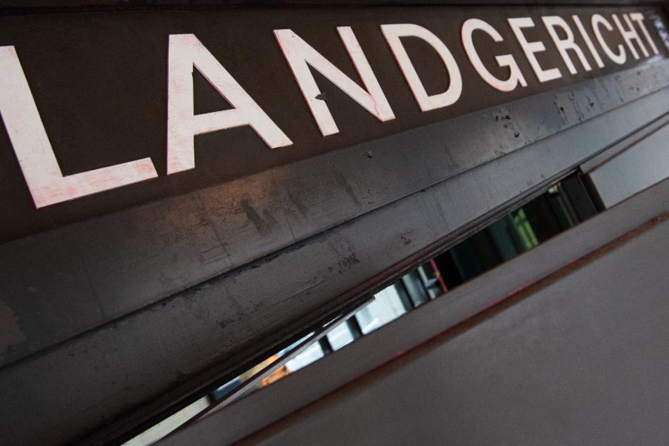 Der Prozess gegen den 33-Jährigen begann am Donnerstag vor dem Landgericht Stuttgart.