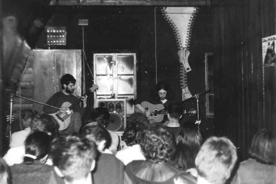 """""""Waschhaus"""". Hier das """"Dresdner Gitarrenduo"""" Jörg Naßler (l.) und Karl-Heinz Saleh, 1989."""