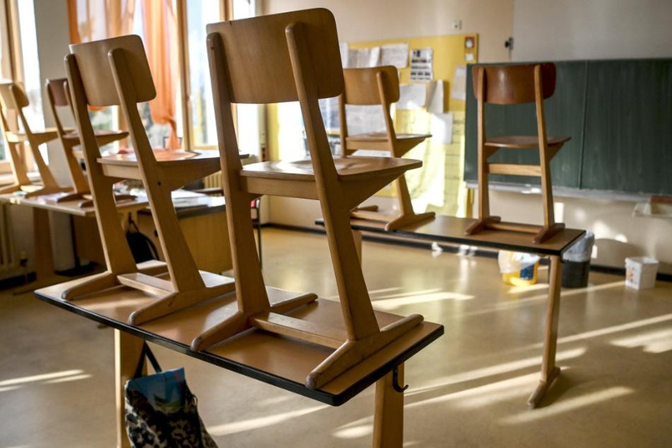 Stühle sind in einem Klassenzimmer einer Grundschule hochgestellt. (Symbolbild)