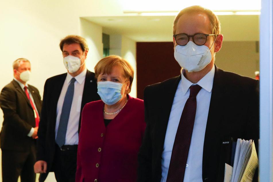 Markus Söder (54, CSU, v.l.n.r.), Angela Merkel (66, CDU) und Michael Müller (56, SPD) kommen nach dem Corona-Gipfel im Kanzleramt zu einer Pressekonferenz. Müller hat die Corona-Maßnahmen zur Bekämpfung der Pandemie in diesem Zusammenhang erneut verteidigt.
