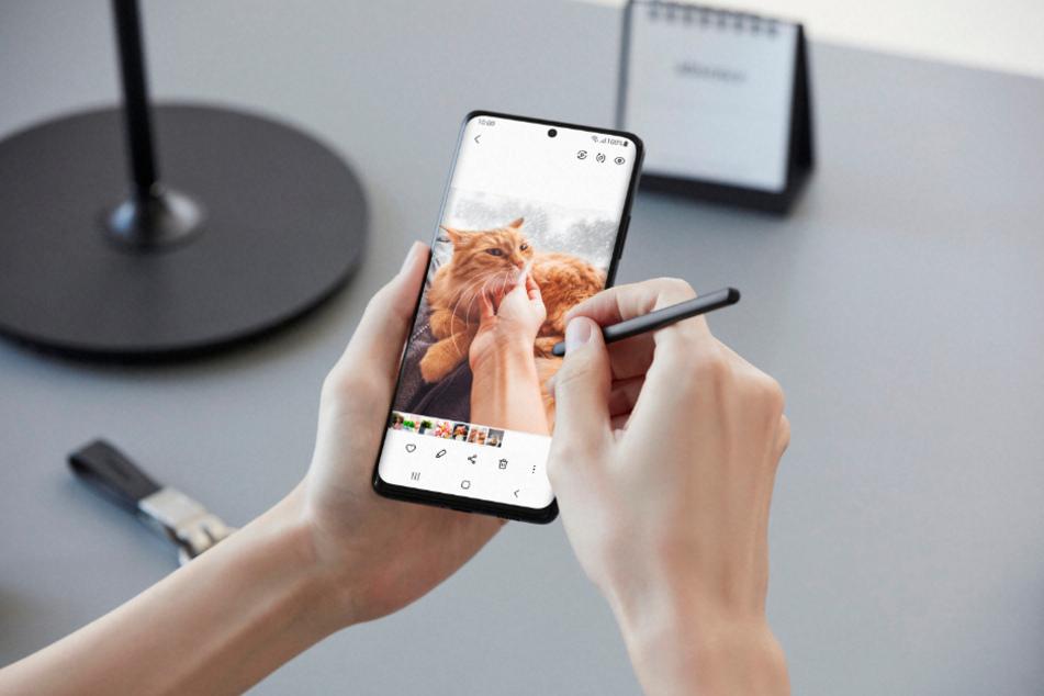 Eine Frau verwendet einen S Pen mit einem Samsung Galaxy S21 Ultra.