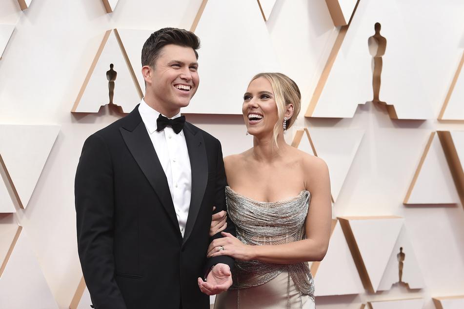 Bei Scarlett Johansson läuft es auch in der Liebe rund. Im vergangenen Jahr gab sie ihrem Freund Colin Jost (38, l.) das Ja-Wort.