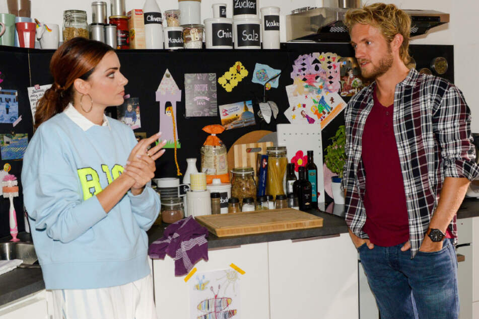 Paul (Niklas Osterloh) will Emily (Anne Menden) nicht vom Verlust des Eherings erzählen.