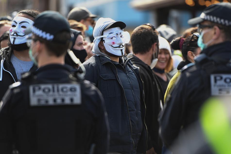 Demonstranten und Polizisten stehen sich bei einem Anti-Lockdown-Protest in Melbourne gegenüber.