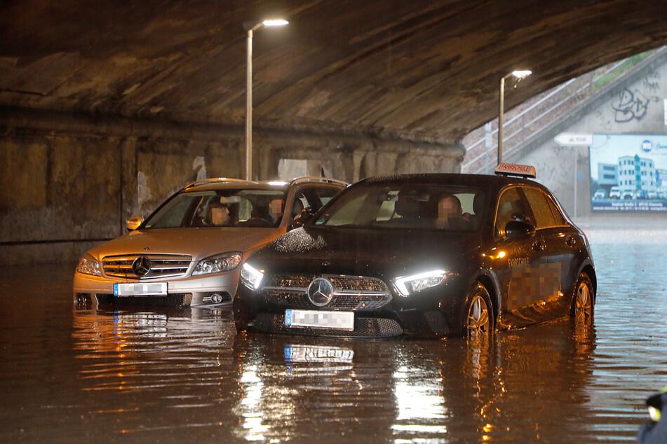 Die Bahnunterführung auf der Frankenberger Straße in Chemnitz war völlig überflutet. Zwei Autos steckten in der Riesen-Pfütze fest.