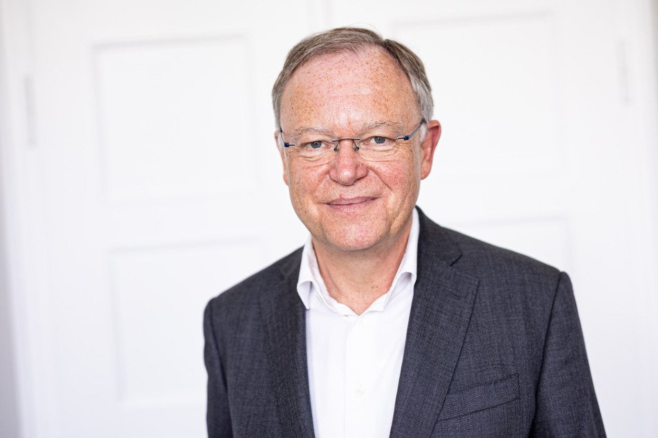 21.07.2021, Niedersachsen, Hannover: Stephan Weil (SPD), Ministerpräsident von Niedersachsen, steht nach einem dpa-Interview in seinem Büro. Foto: Moritz Frankenberg/dpa +++ dpa-Bildfunk +++