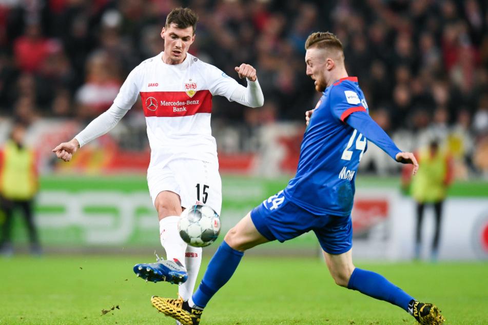 Im Januar: Pascal Stenzel (l) vom VfB Stuttgart in Aktion gegen Tobias Mohr (r) vom 1. FC Heidenheim.