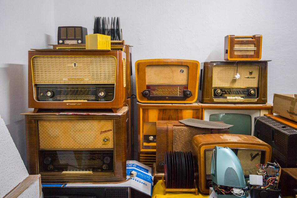 Bei Rundfunk-Fernsehen-Elektronik in Schwarzenberg kann man neueste Technik kaufen und mehr als 150 alte, solide Radios und 20 Fernseher bestaunen.