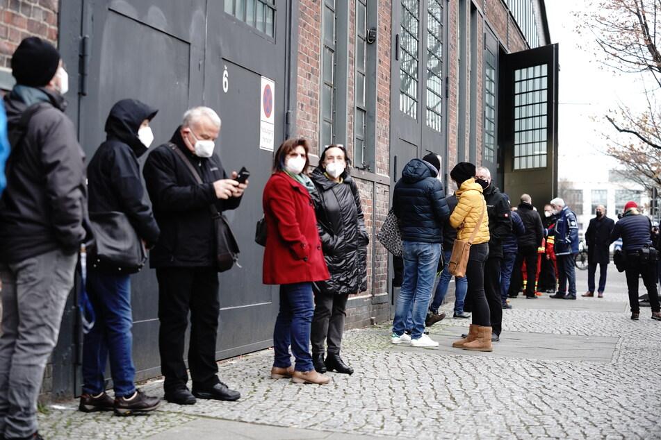Pflegekräfte stehen vor dem Impfzentrum Arena in Berlin Treptow in einer langen Schlange für die Impfung gegen das Coronavirus an.