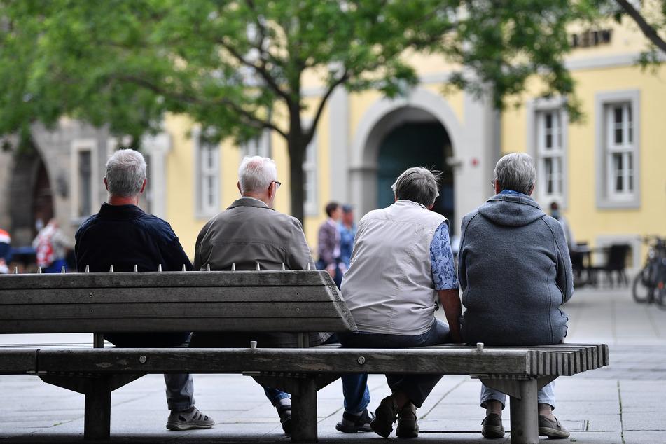 Menschen sitzen auf einer Bank im Stadtzentrum am Erfurter Anger. Als erstes deutsches Bundesland hebt Thüringen die wegen der Corona-Pandemie erlassenen Kontaktbeschränkungen zum 13. Juni auf. In einer neuen Grundverordnung wird lediglich empfohlen, sich maximal mit einem weiteren Haushalt oder mit maximal zehn Menschen zu treffen.