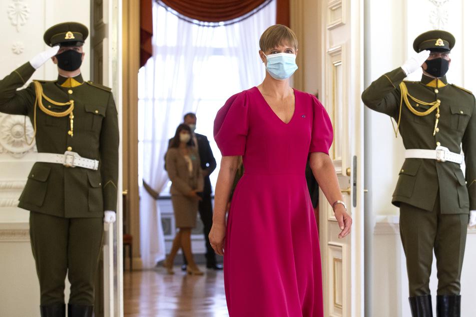 Kersti Kaljulaid, Präsidentin von Estland, trägt einen medizinischem Mundschutz.