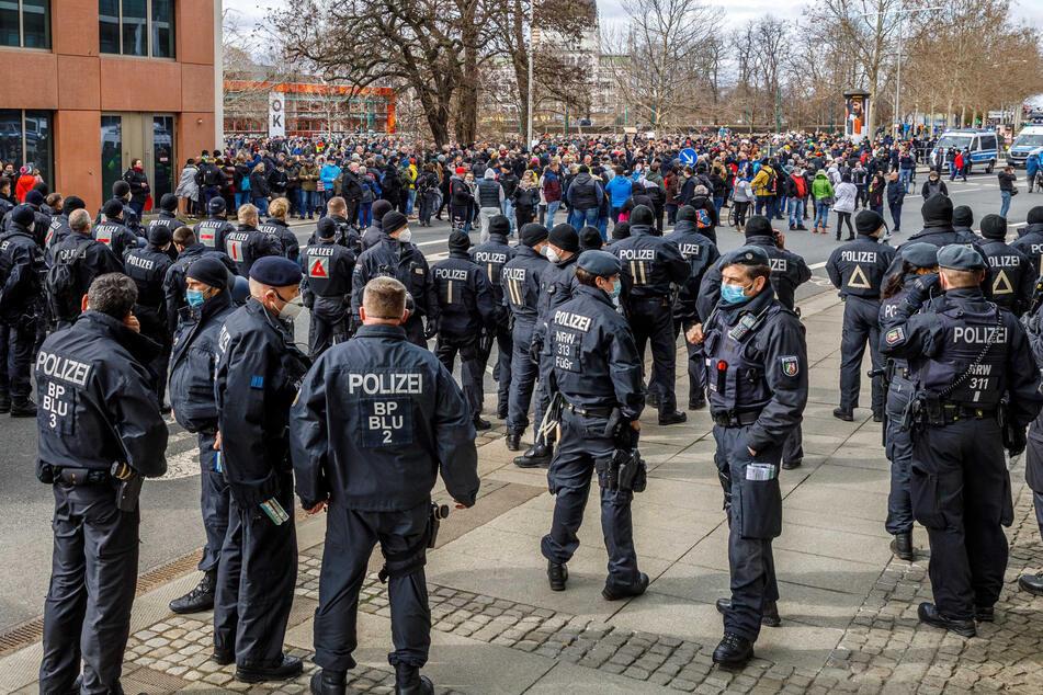 """Trotz Demo-Verbots zogen am vergangenen Samstag mehr als 1000 """"Querdenker"""" durch Dresden."""