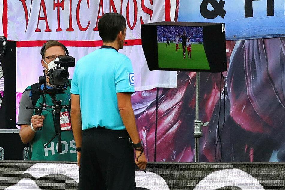 Schiedsrichter Deniz Aytekin schaute sich die Szene Goretzka/Kampl am Bildschirm an.