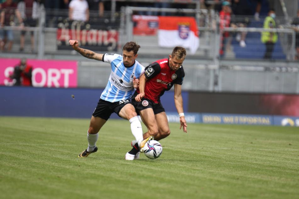Phillipp Steinhart (l.) und Goppel Thijmen kämpfen um den Ball.