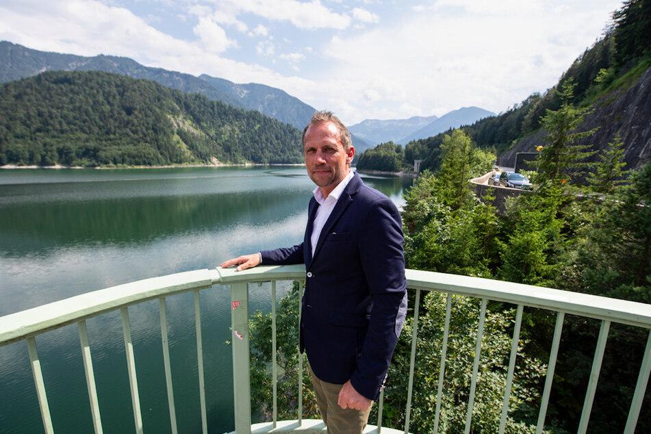 Thorsten Glauber (50, Freie Wähler), Umweltminister von Bayern, steht am Sylvensteinstausee bei Lenggries.