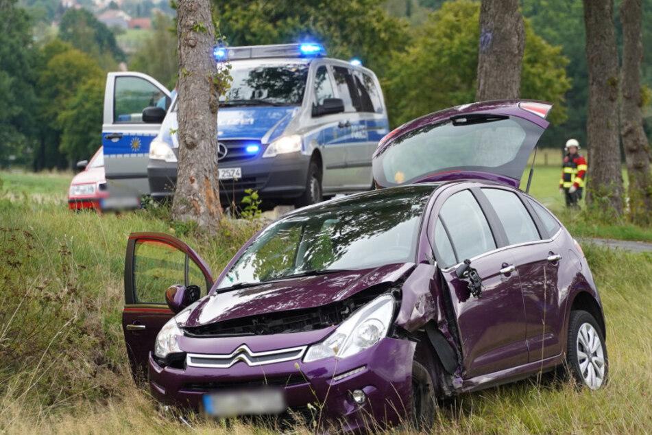 Der Citroën landete schließlich im Straßengraben.