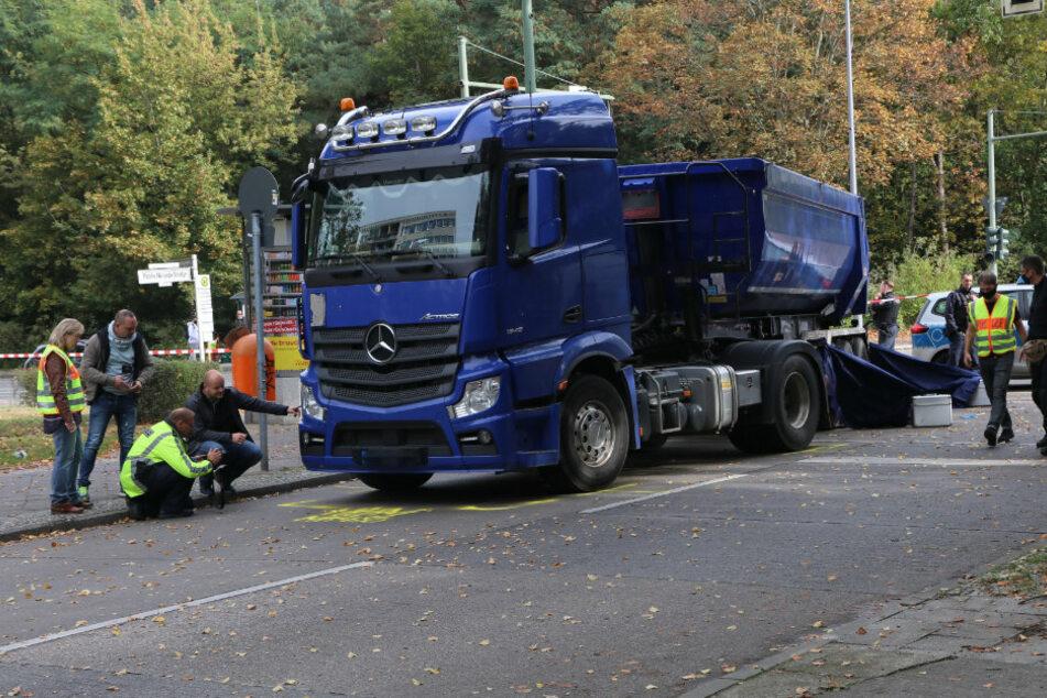Berlin: Tödlicher Abbiege-Unfall: Sattelzug erfasst Radfahrer