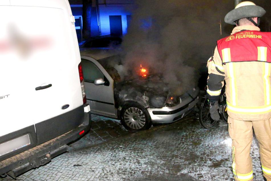 VW brennt in Neukölln! Auch zweites Auto beschädigt
